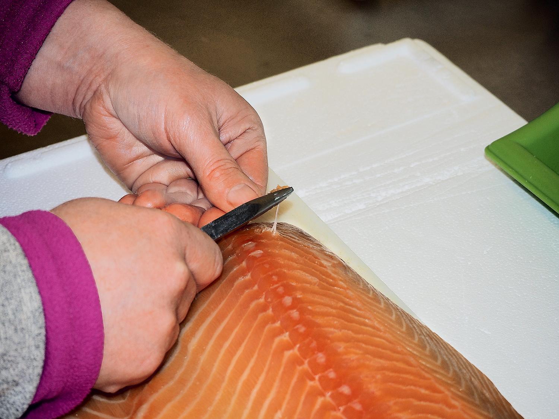 Saumon fumé artisanal et bio - restaurant traiteur poissonnerie - Rennes, Bretagne, Nantes - Savoir faire - Désarêtage