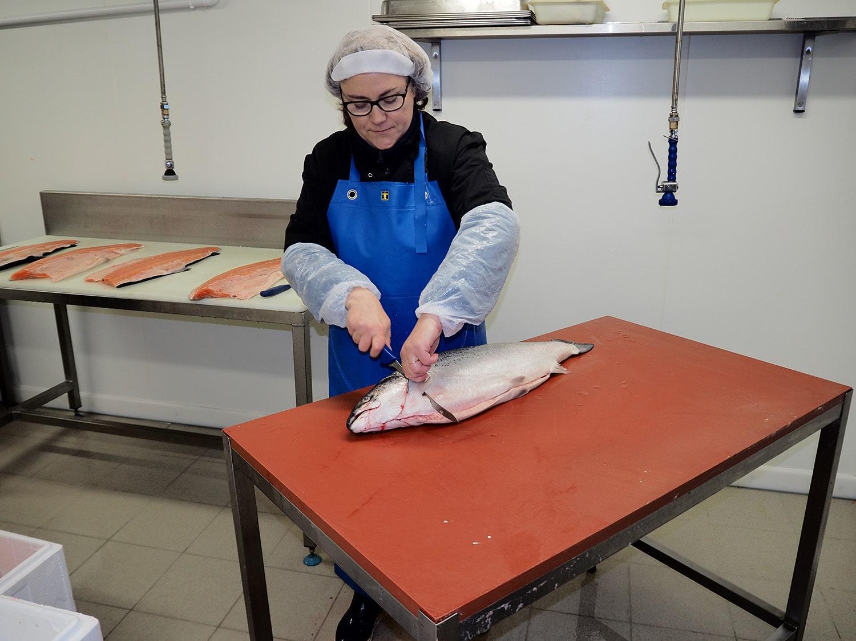 Saumon fumé artisanal et bio - restaurant traiteur poissonnerie - Rennes, Bretagne, Nantes - Savoir faire - Filetage -1
