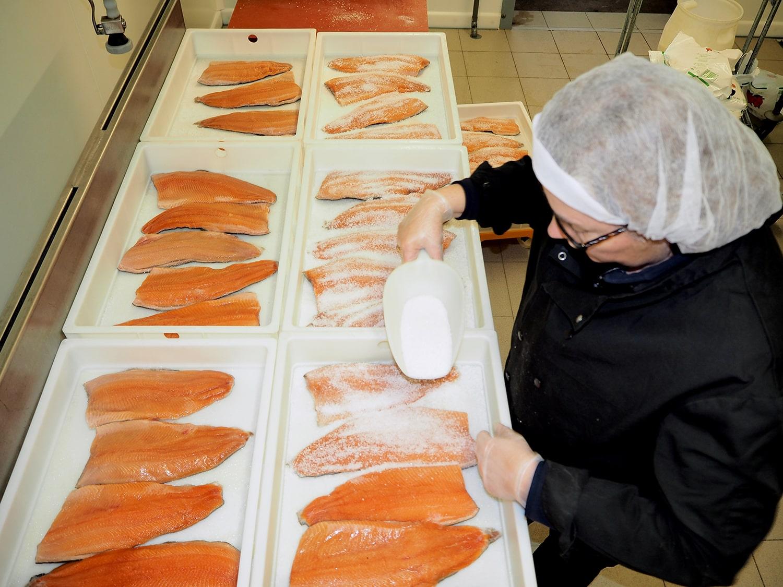 Saumon fumé artisanal et bio - restaurant traiteur poissonnerie - Rennes, Bretagne, Nantes - Savoir faire - Salage et rincage-2